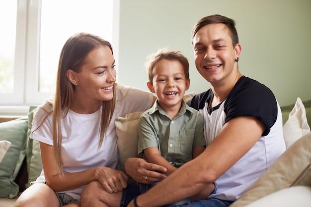 Família jovem sendo brincalhão em casa