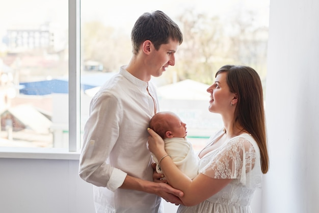 Família jovens pais com recém-nascido em casa