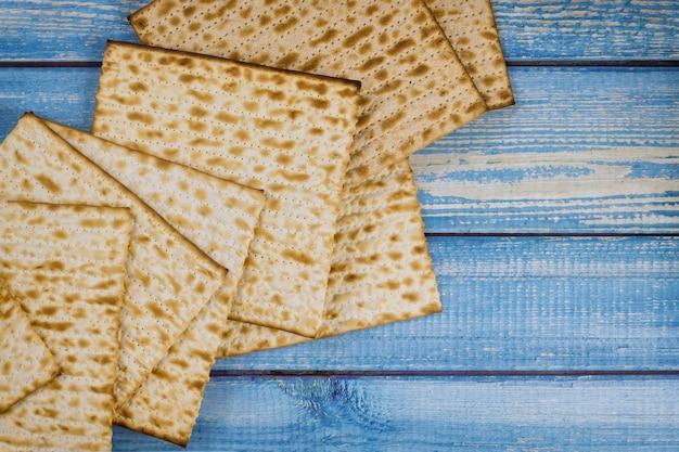 Família judia de pão ázimo no feriado que celebra a páscoa matzoh kosher