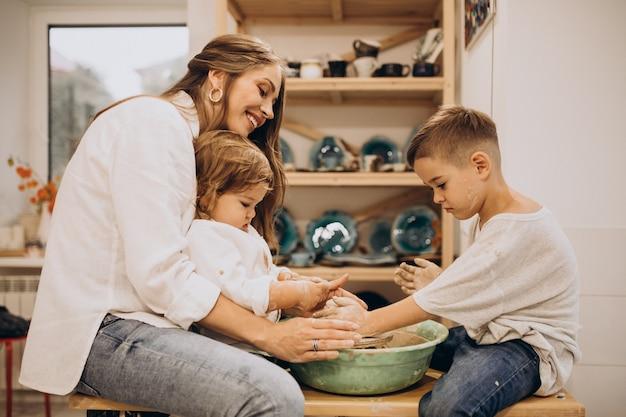 Família junta fabricando em uma aula de cerâmica
