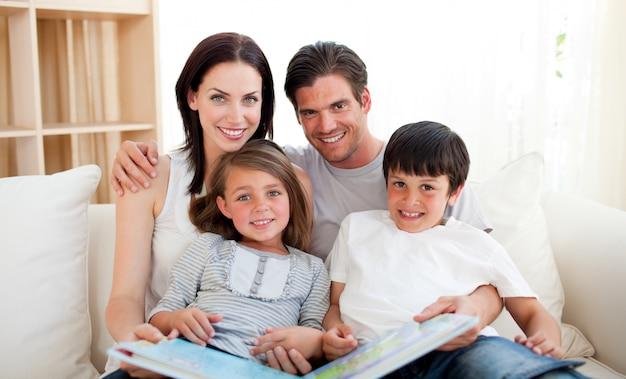 Família, lendo um livro, sofá