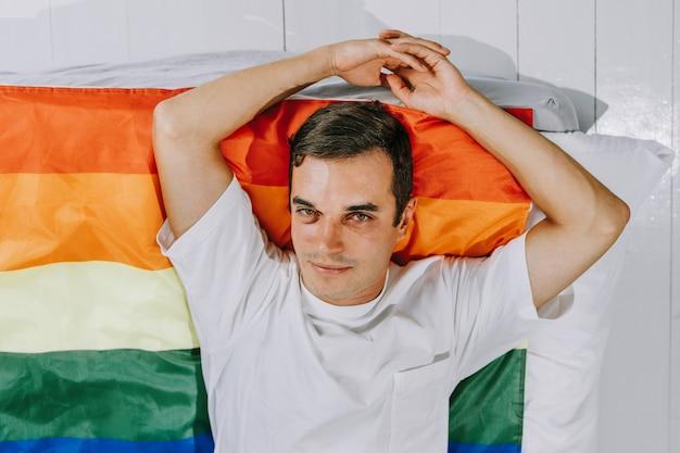 Família lgbt, homem homossexual com bandeira de arco-íris