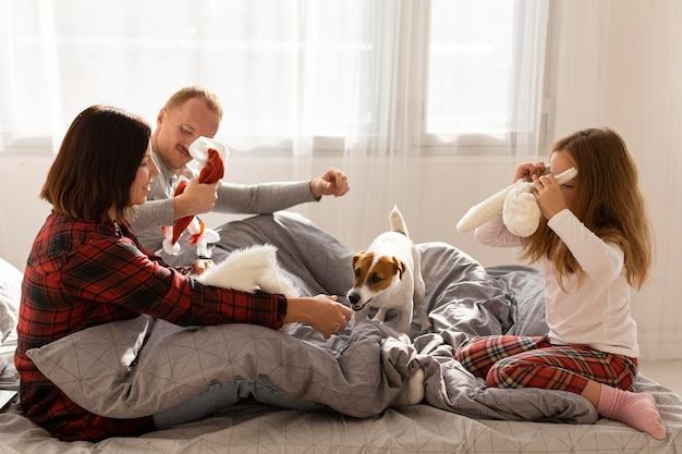 Família linda com conceito de natal