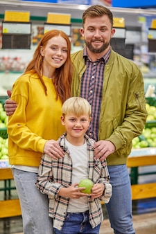 Família linda e jovem fazendo compras junta