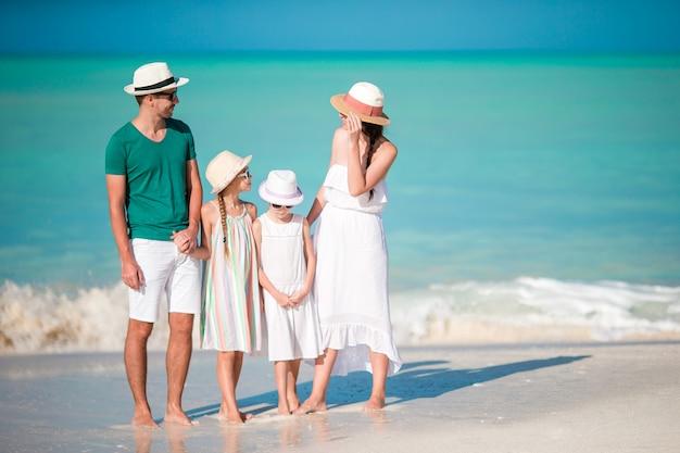 Família linda feliz na praia