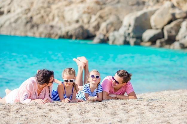 Família linda jovem em férias de praia