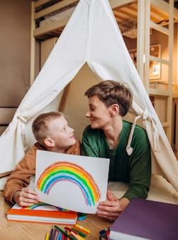 Família mãe filho desenho arco íris quarto crianças