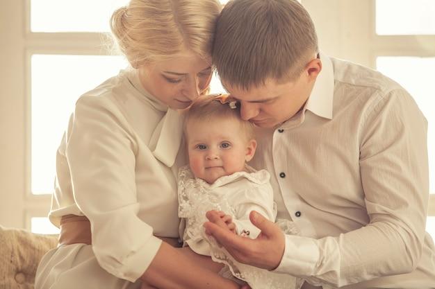 Família, mãe, pai e filha se abraçam juntos, lindo e feliz close-up