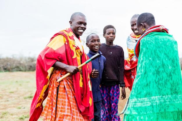 Família massai celebrando e dançando