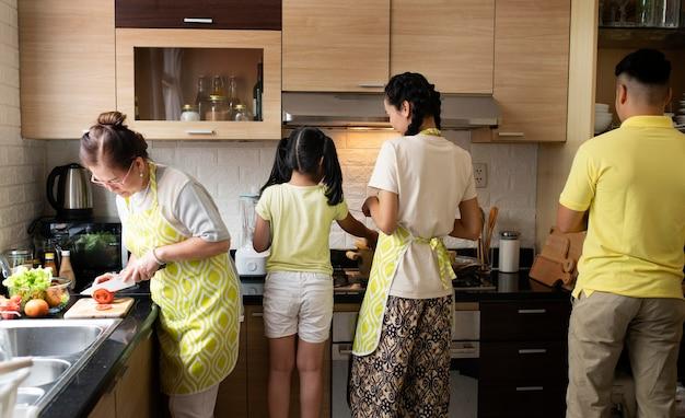 Família média cozinhando junta