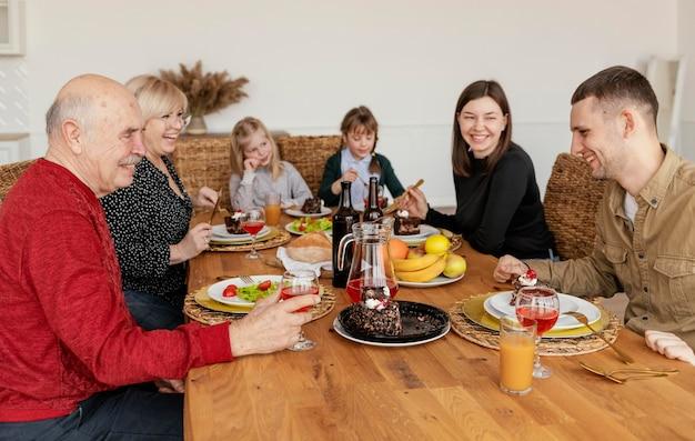 Família mediana comendo