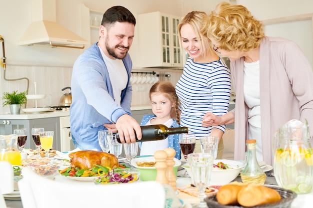 Família moderna configuração mesa de jantar para festa