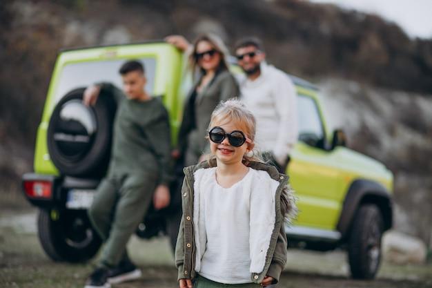 Família moderna jovem viajando de carro e parou para passear no parque