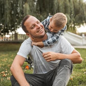 Família monoparental feliz se abraçando