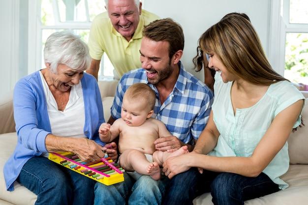 Família mostrando xilofone para menino