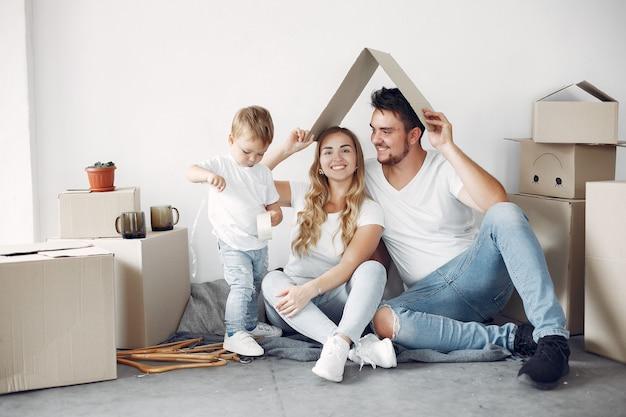 Família movendo e usando caixas