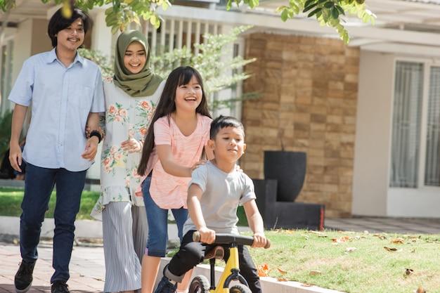 Família muçulmana adorável moderna feliz