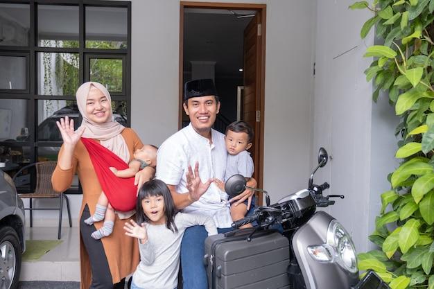 Família muçulmana asiática andando de scooter de motocicleta viajando com o conceito de viagem kid eid mubarak