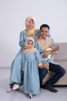 Família muçulmana asiática jovem feliz