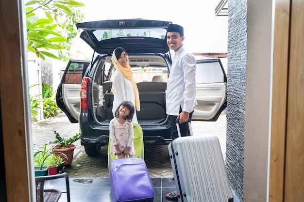 Família muçulmana asiática viajando conceito