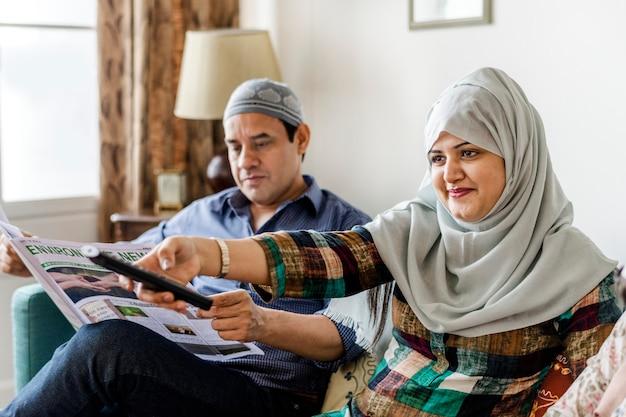 Família muçulmana assistindo tv em casa