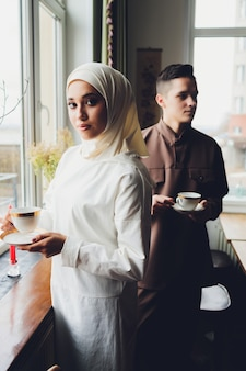 Família muçulmana caucasiana bebendo chá