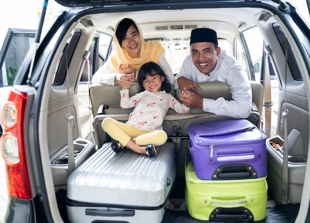 Família muçulmana com mala antes de viajar