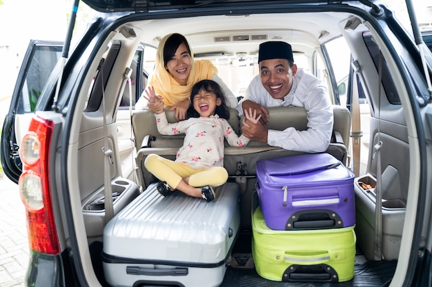 Família muçulmana com mala de viagem