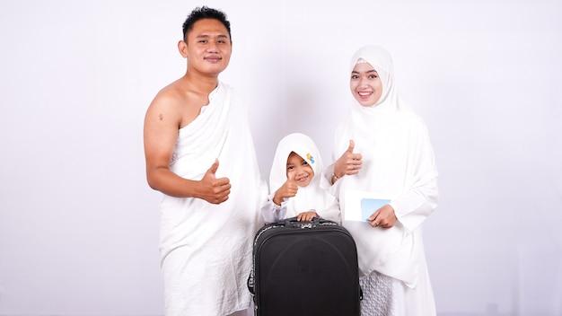 Família muçulmana com polegares para cima isolados