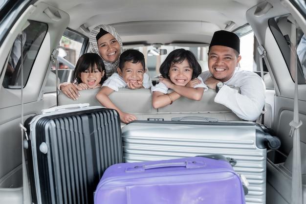Família muçulmana e crianças viagem de férias