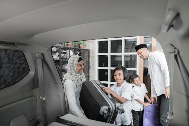 Família muçulmana, enchendo o carro