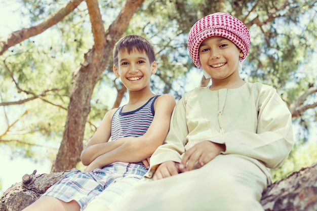 Família muçulmana feliz em férias de verão