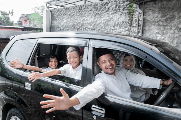 Família muçulmana no carro