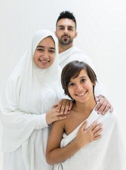 Família muçulmana posando como pronto para o hajj visitar kaaba em meca
