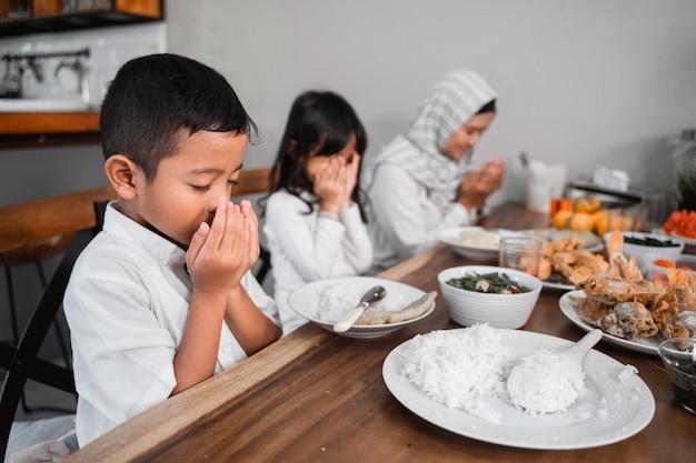 Família muçulmana rezando