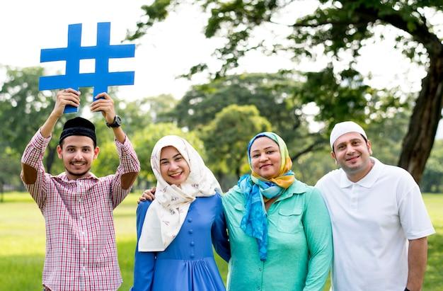 Família muçulmana segurando uma hashtag