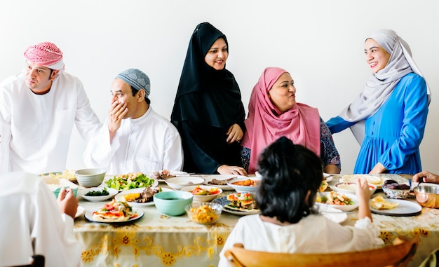 Família muçulmana, tendo uma festa do ramadã
