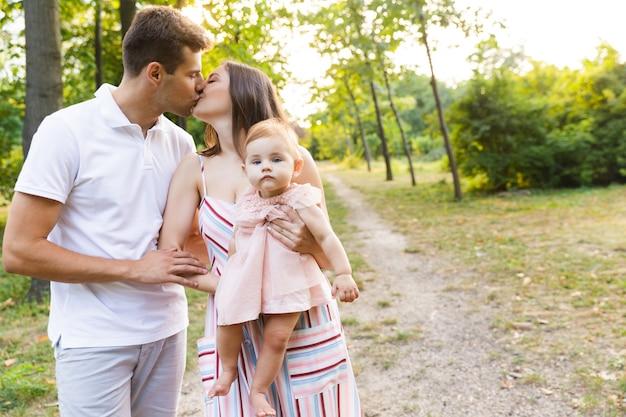 Família muito jovem com uma garotinha passando um tempo juntos