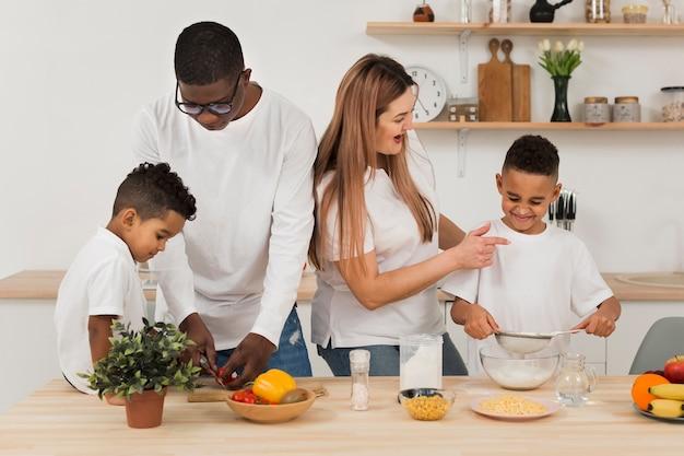 Família multicultural cozinhando na cozinha