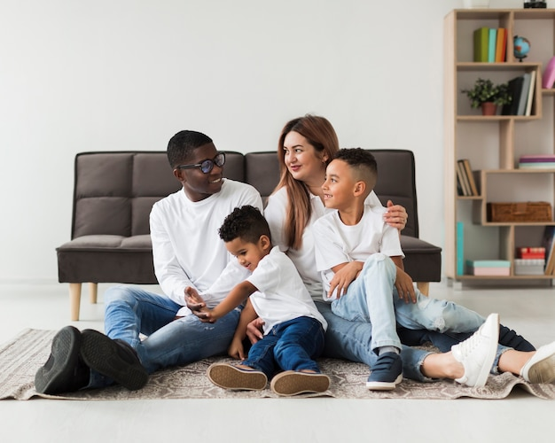 Família multicultural feliz se divertindo juntos dentro de casa