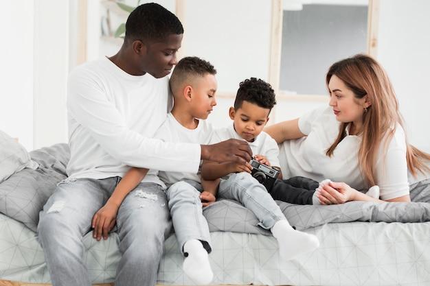 Família multicultural jogando em casa