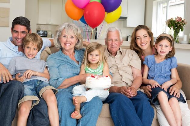 Família multigeneração comemorando o aniversário das meninas
