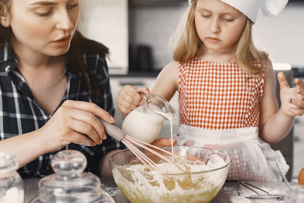 Família na cozinha cozinha a massa para biscoitos