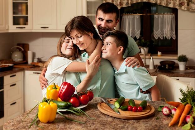Família na cozinha preparando comida