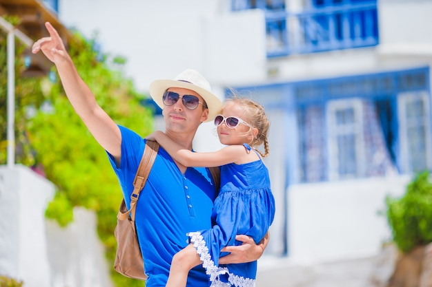 Família na europa. pai feliz e adorável garotinha em mykonos no verão grego férias