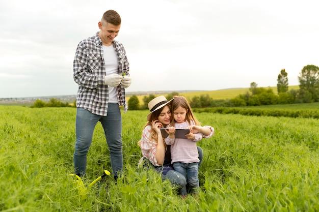 Família na fazenda com tablet