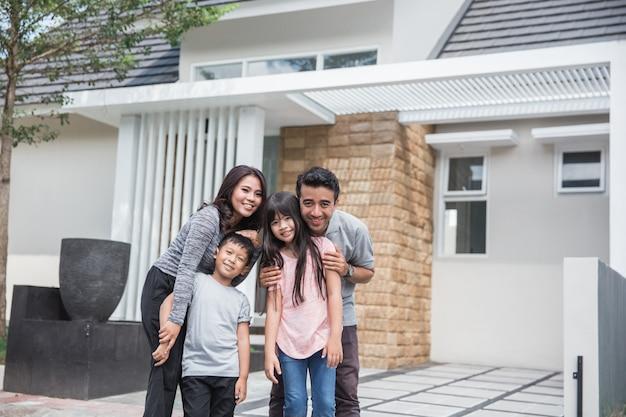 Família na frente de sua nova casa