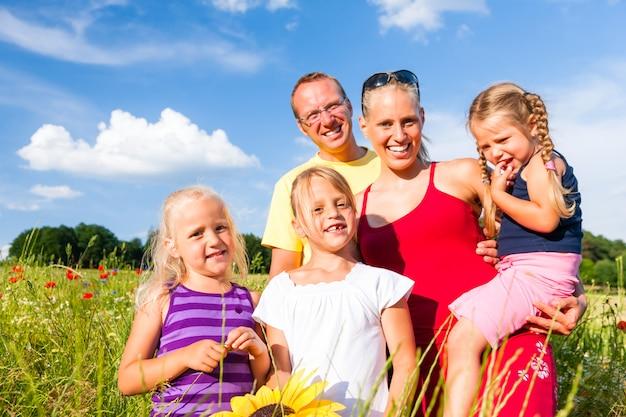 Família na grama no verão