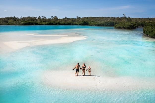 Família na ilha tropical de maurício. a família fica em uma pequena ilha no oceano índico.