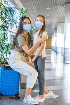 Família na máscara facial no aeroporto internacional.